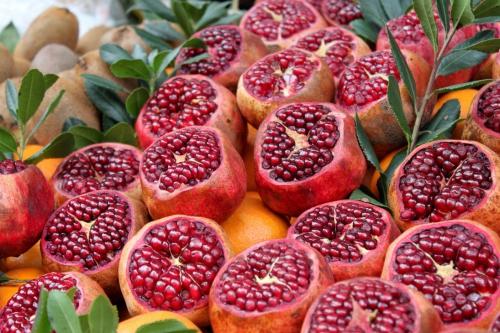 Надрезанные плоды граната