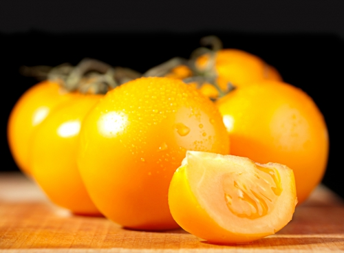 Желтые помидоры на столе